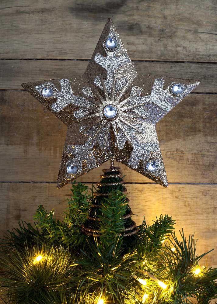 Estrela de natal prateada no topo da árvore