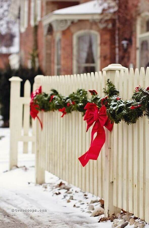 Christmas party decorated with red bow for white fence Photo Trend4Homy