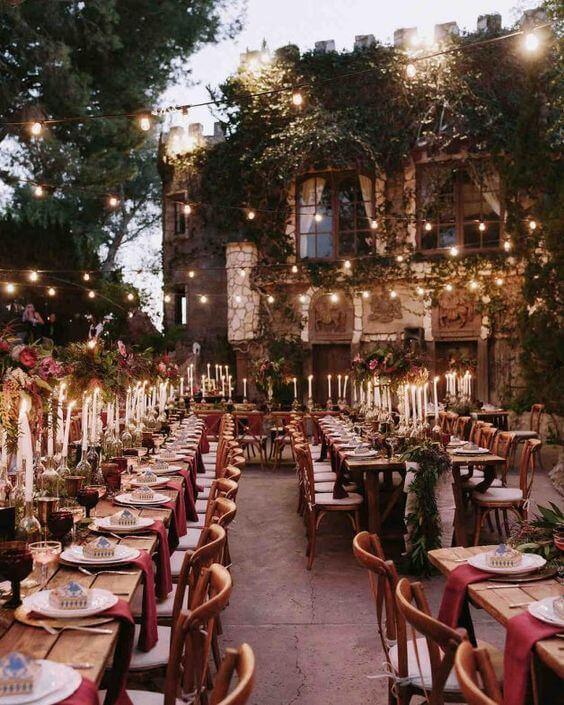Festa de casamento com cadeira paris de madeira na decoração