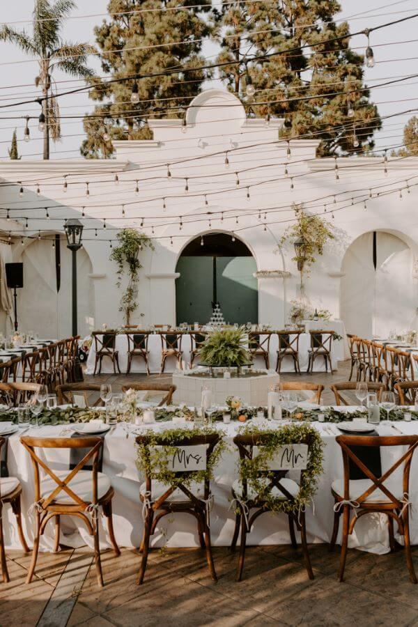 Festa de casamento com cadeira paris de madeira