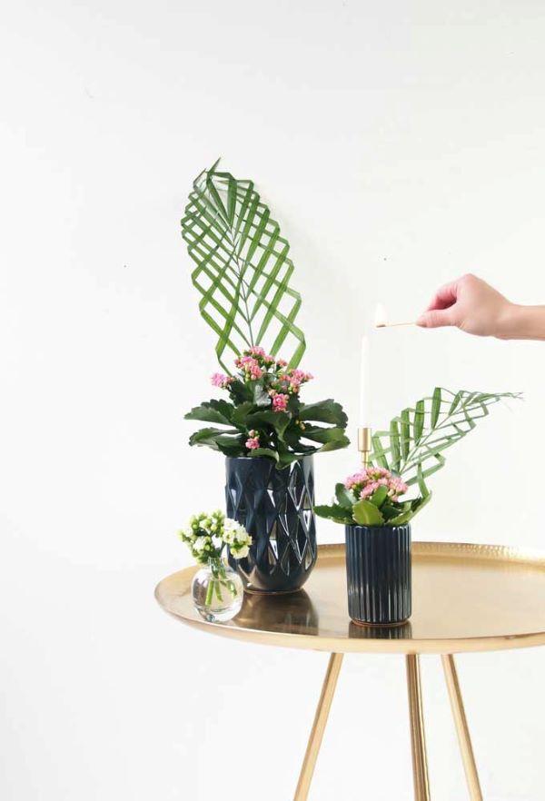 Mesa lateral com flor da fortuna