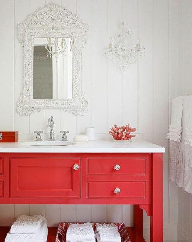 gabinete para banheiro vermelho com estilo clássico  Foto Better Homes