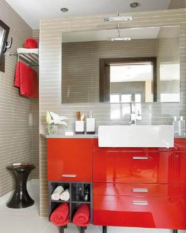 gabinete para banheiro vermelho com nichos cinza Foto Mi Casa Revista