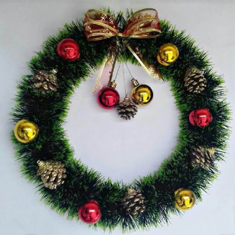 Christmas party garland with balls and pinecones Photo Loiza Nicolau