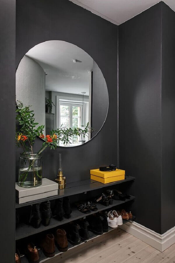 hall decorado com prateleiras para sapatos e espelho sem moldura redondo Foto PUFIK Interiors & Inspirations