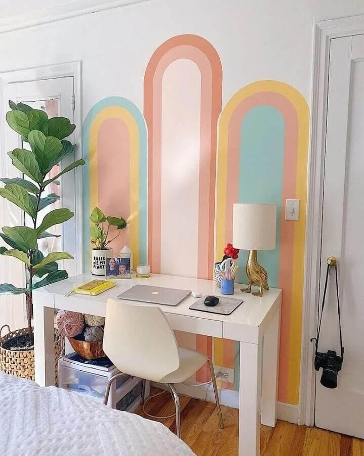 home office decorado com parede geométrica colorida  Foto Redecor Designer