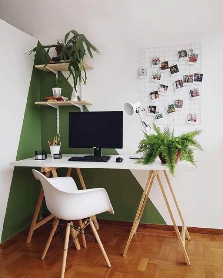 home office simples decorado com parede com pintura geométrica  Foto Histórias de Casa