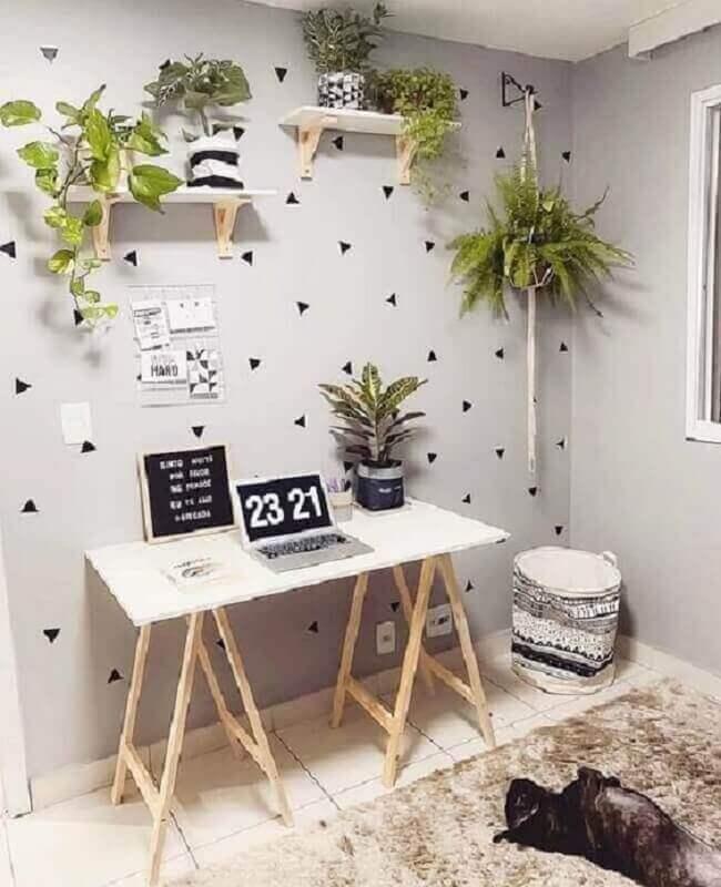 home office simples decorado com prateleira para colocar plantas Foto Pinterest
