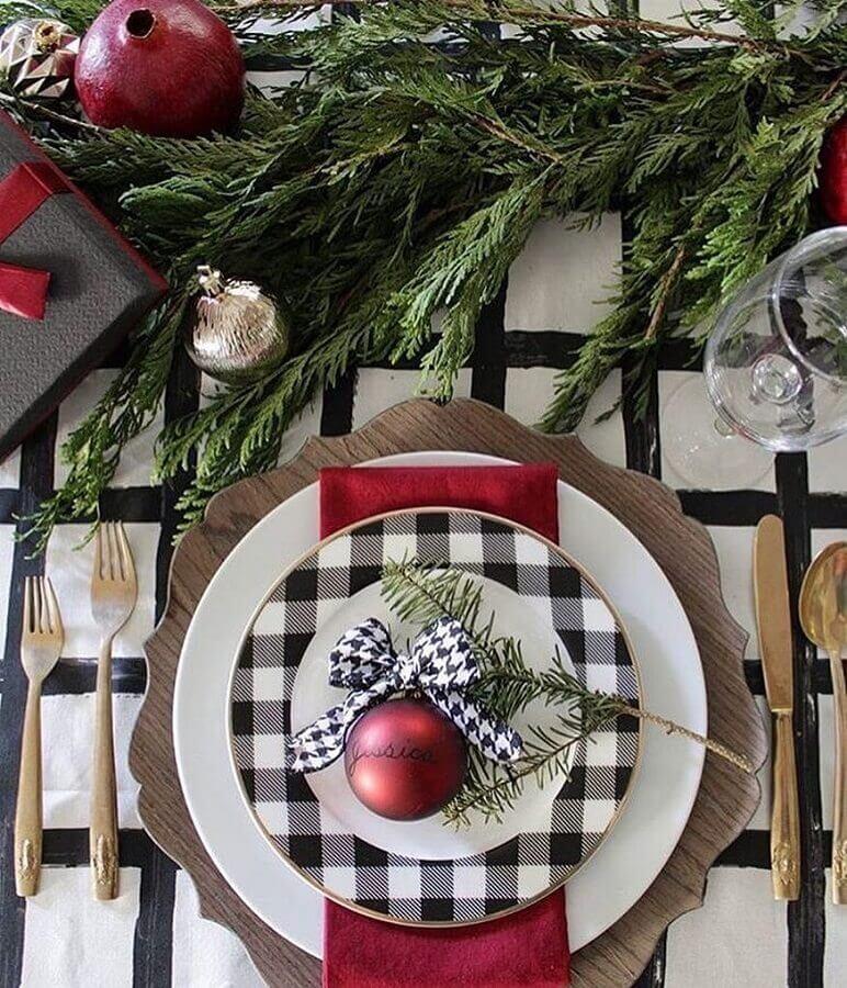 ideia de decoração para mesa posta natalina com prato xadrez e bola de Natal vermelha Foto Clique Decoração