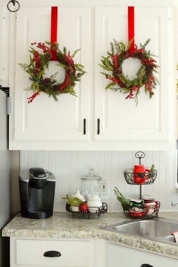 Christmas decoration ideas with garlands on kitchen cabinet doors Photo Christmas Glitter