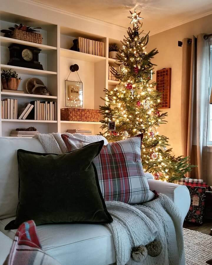 Christmas decoration ideas for room with big Christmas tree and chess cushion Photo Rustic & Woven
