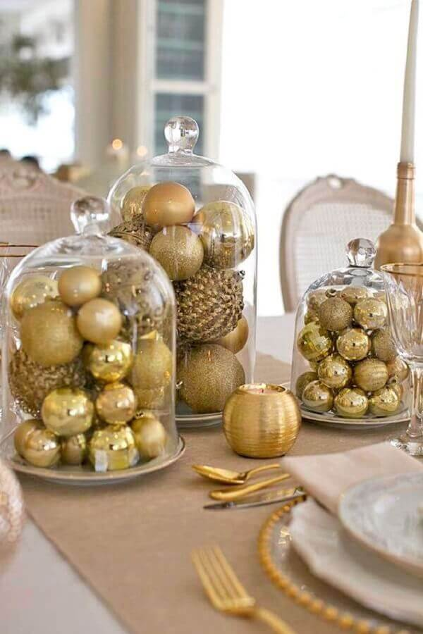 simple Christmas decoration ideas with golden balls inside glass domes Photo Constance Zahn