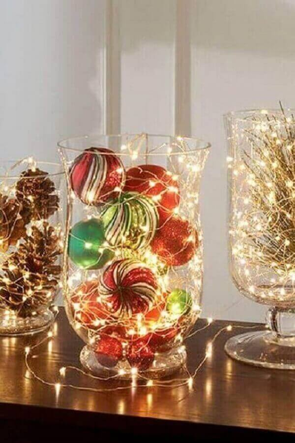 simple and easy to make Christmas decoration ideas with pinecones and balls inside glass vase Foto Pinterest