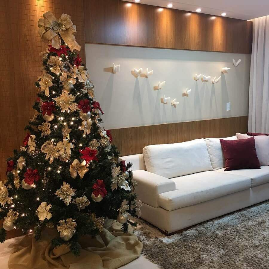 ideas for decorating a Christmas tree with golden ties and red flowers Photo Pinterest