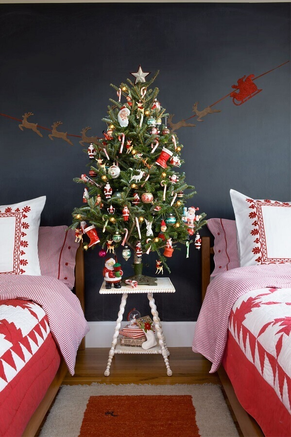ideas for decorating a Christmas tree in the Foto Society Letters room