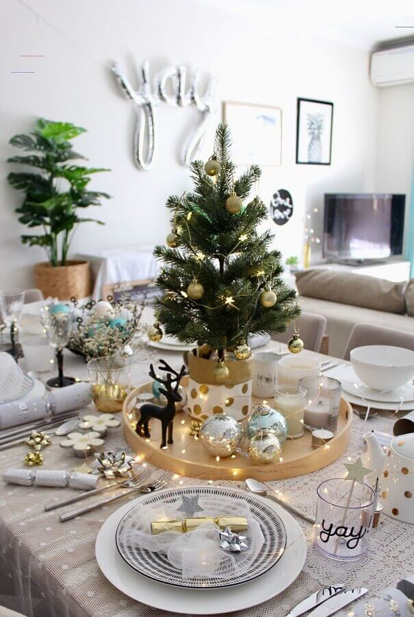 ideas for decorating Christmas table with small tree Photo Maria Vilhena