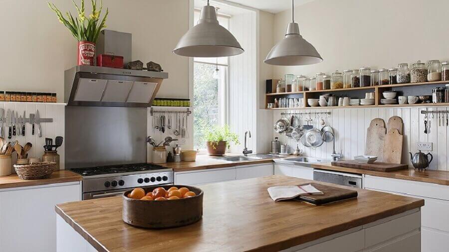 ilha de cozinha decorada com fruteira de madeira redonda Foto Westwing