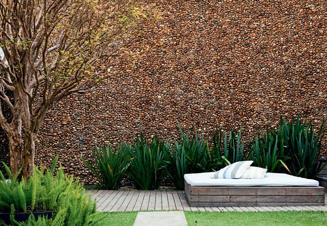 Jardim com pedra seixo marrom