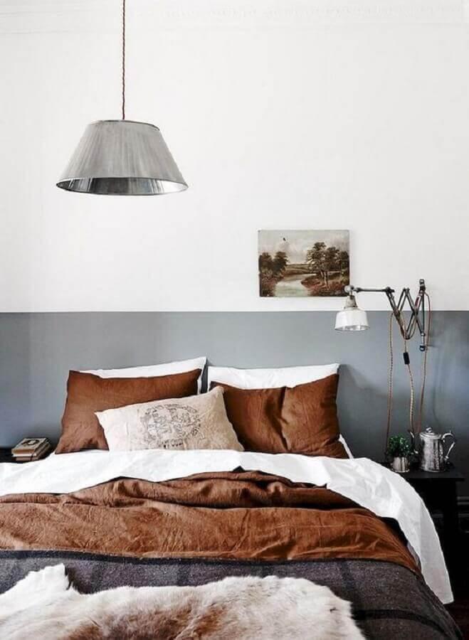 jogo de cama tons terrosos para decoração de quarto cinza e branco  Foto Inspire Decor