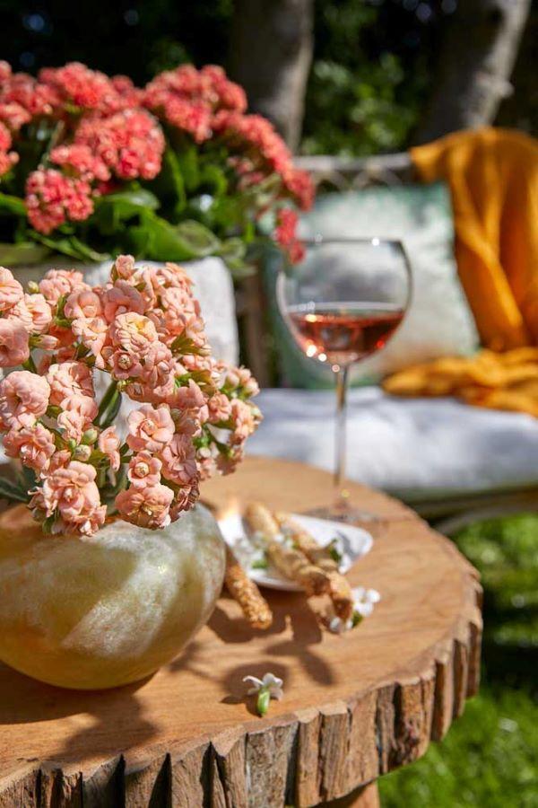 Varanda decorada com flor da fortuna rosa claro
