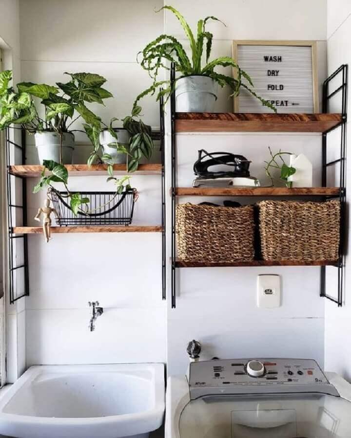 lavanderia pequena decorada com prateleira de madeira para plantas  Foto Marques Arquitetura e Design