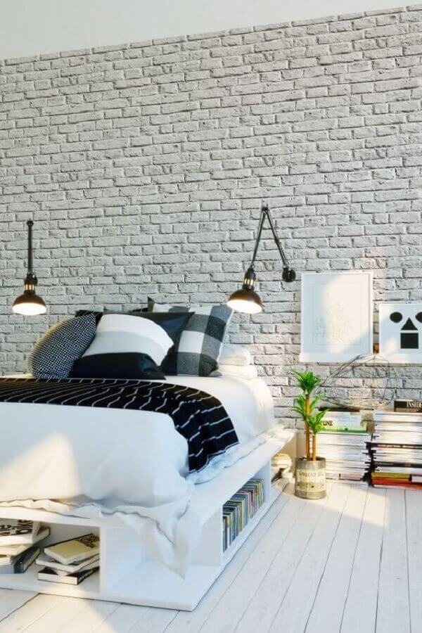 luminária de cabeceira articulada para quarto decorado com parede de tijolinho branco  Foto Parachute
