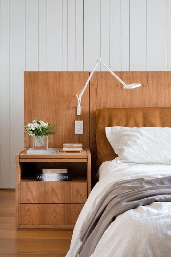 luminária de cabeceira para leitura de quarto planejado com móveis de madeira Foto Archilovers