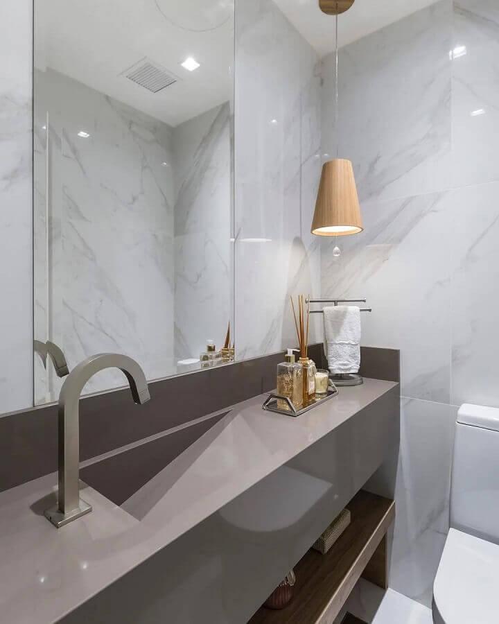 luminária de madeira pendente para bancada de banheiro moderno planejado Foto Braccini + Lima Arquitetura