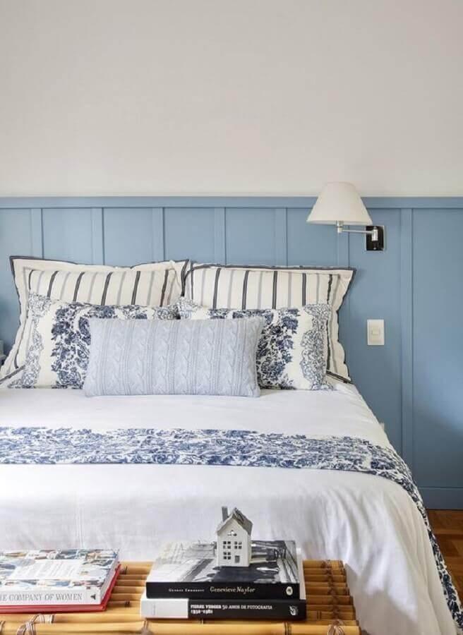 luminária para cabeceira de quarto azul e branco  Foto Jeito de Casa