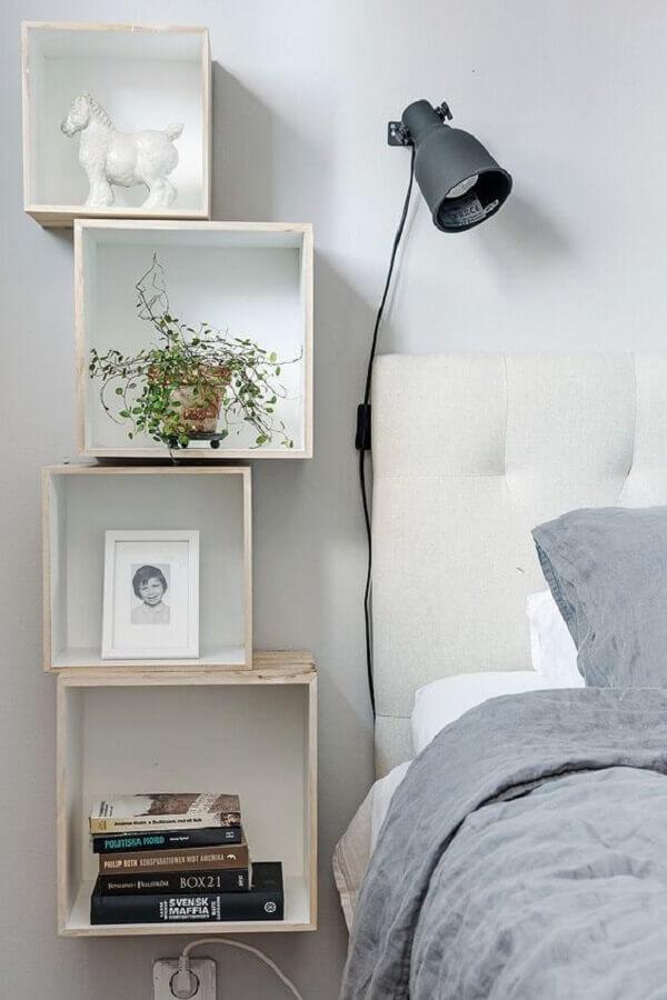 luminária para cabeceira de quarto branco decorado com nichos de madeira  Foto Apartment Therapy