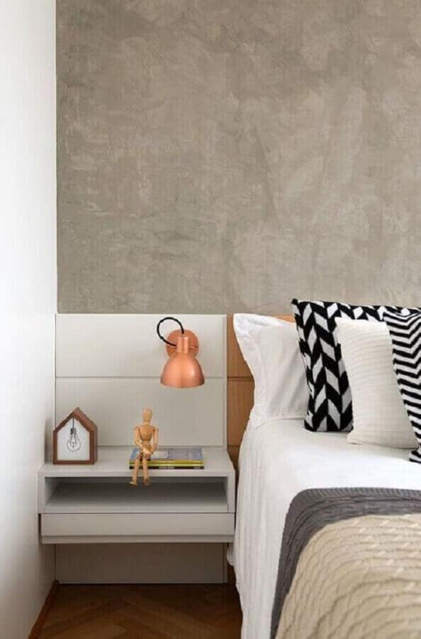 luminária para cabeceira de quarto com parede de cimento queimado Foto Jeito de Casa