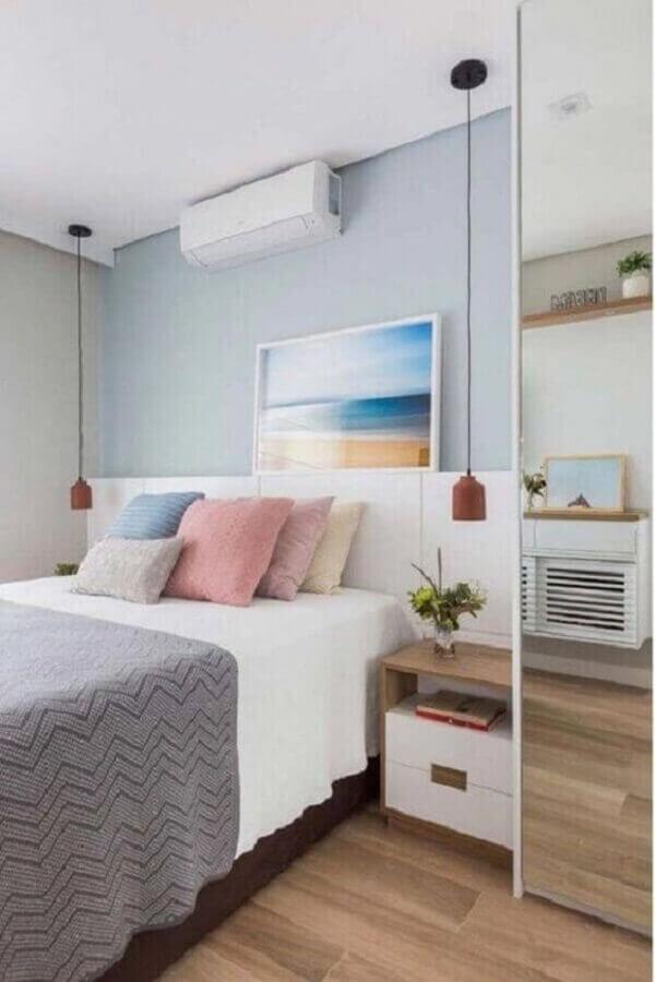 luminária pendente de cabeceira para quarto decorado com almofadas coloridas e parede azul Foto Pinterest