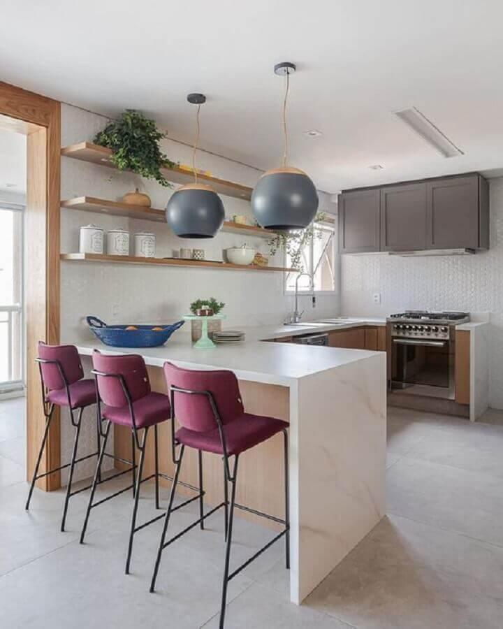 luminária pendente para bancada de cozinha decorada com banquetas marsala Foto Apartment Therapy