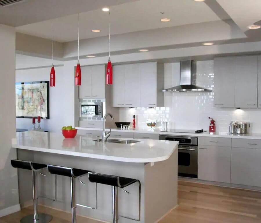 luminária pendente vermelha para bancada de cozinha ampla toda branca Foto Pinterest