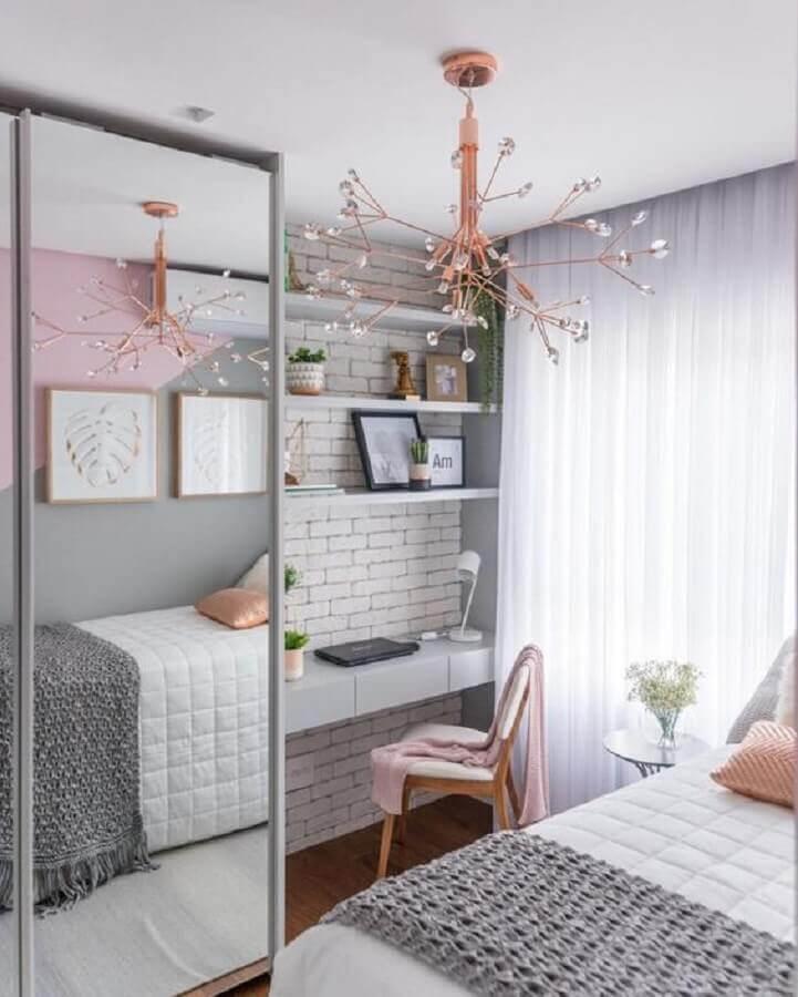 lustre moderno para decoração de quarto de solteiro feminino pequeno com guarda roupa espelhado Foto MdeMulher