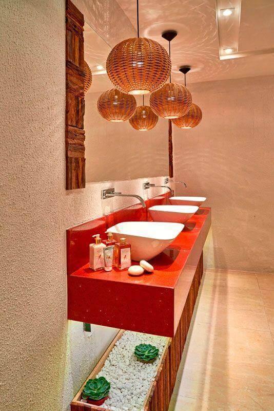 lustre pendente preto para decoração de bancada de banheiro vermelho Foto Casa de Valentina