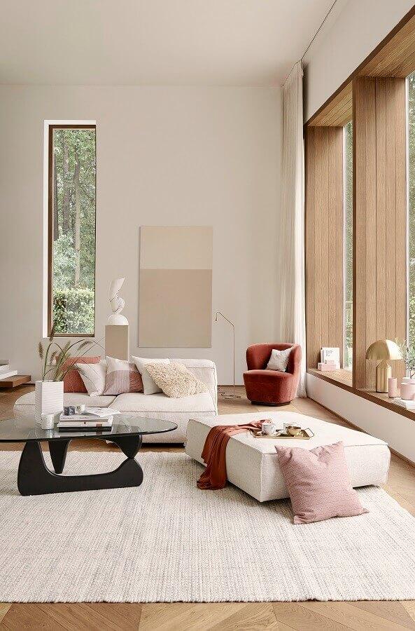 manta e poltrona em tons terrosos para decoração de sala ampla e sofisticada Foto Home Decor Ideas