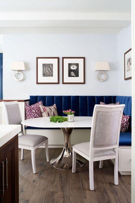 Mesa de canto alemão azul com móveis brancos