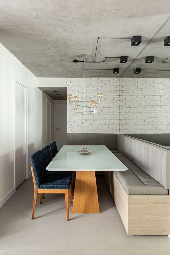 Mesa de canto alemão cinza com cadeiras azuis