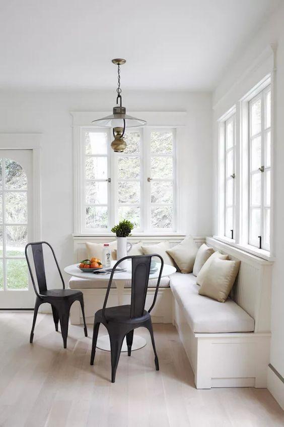 Mesa de canto alemão com cadeiras industriais