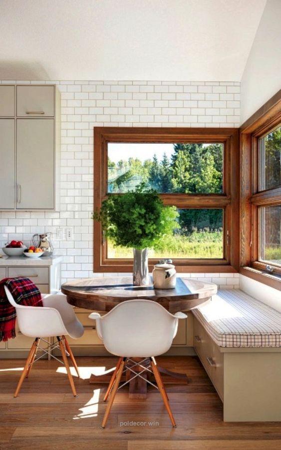 Mesa de canto alemão na cozinha iluminada