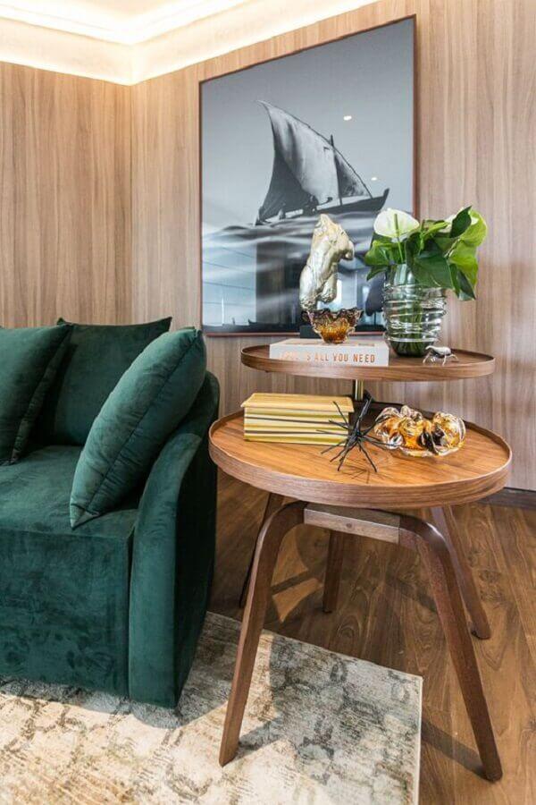 mesa de canto redonda madeira para decoração de sala com sofá verde Foto Art Ville Móveis