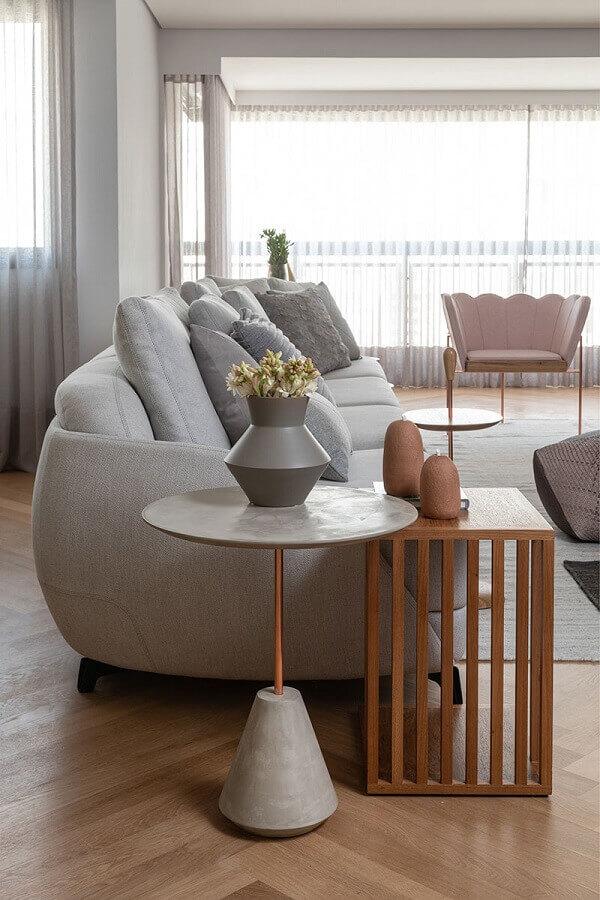 mesa de canto redonda moderna para decoração de sala integrada com varanda Foto Casa de Valentina