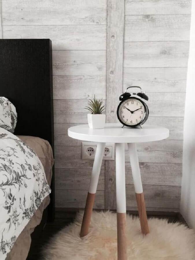 mesa de canto redonda retrô para decoração de quarto com cabeceira preta Foto AmtOnline