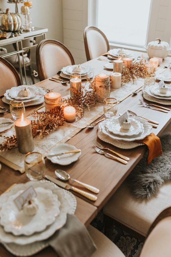 Mesa de jantar com enfeites de natal e velas