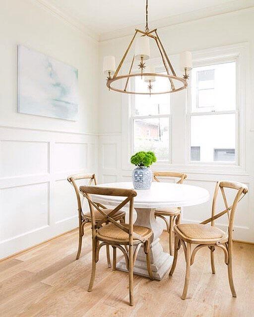 Mesa de jantar redonda com cadeira paris de madeira na sala de jantar