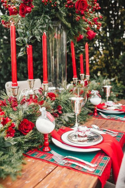 Velas vermelhas são lindas para usar como enfeites de natal para mesa moderna