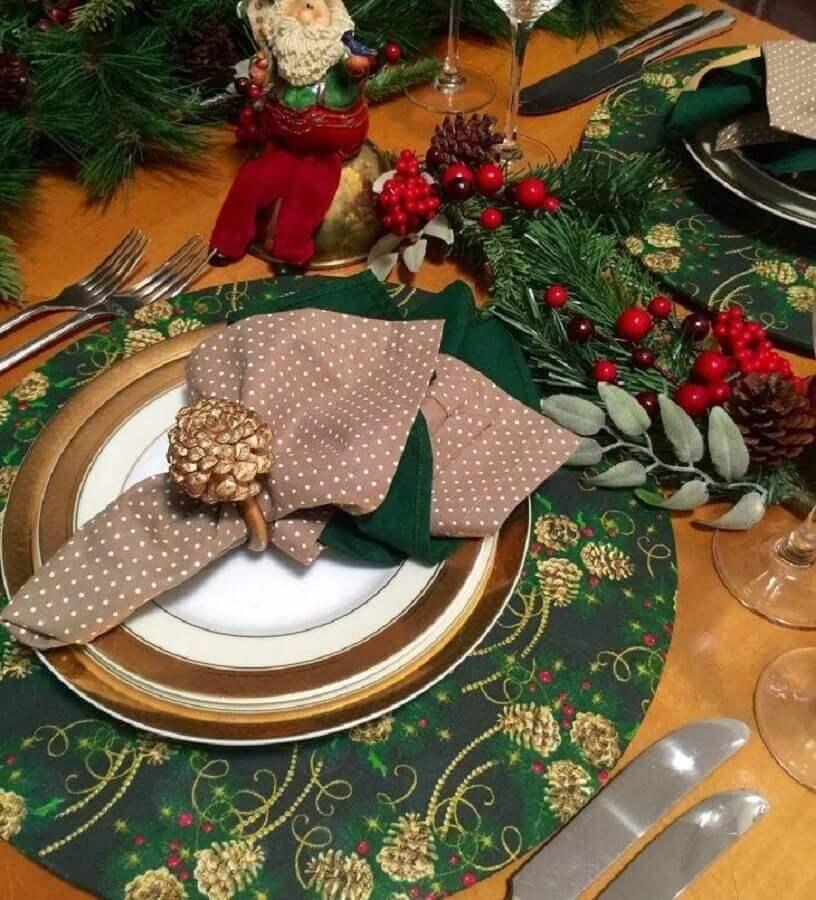 mesa natalina decorada com Papai Noel e sousplat natalino Foto Cor e Mesa