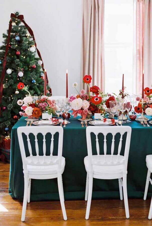 mesa natalina decorada com arranjos de flores grandes Foto Christmas Glitter