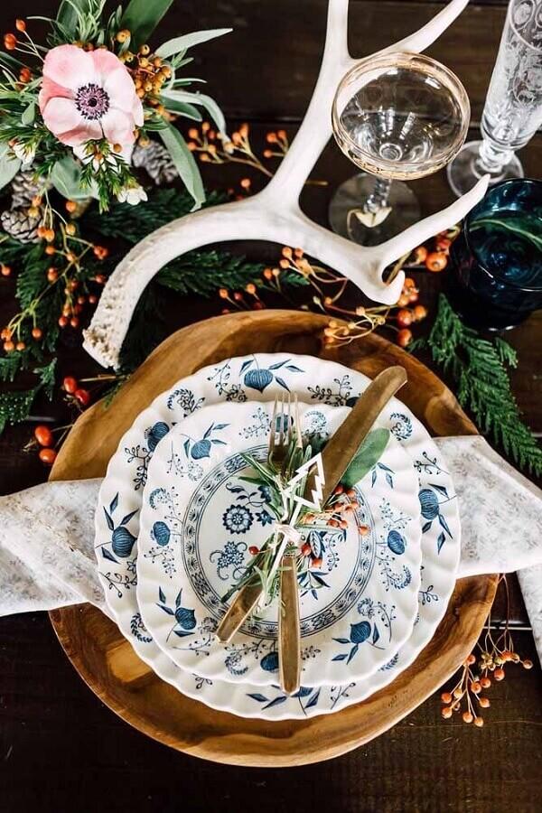 Mesa natalina decorada com flores e talheres dourados Foto Pinterest